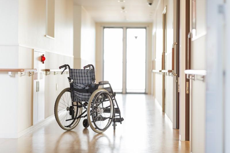 Hausbesuche - Flur einer medizinischen Einrichtung, nicht möglich in die Praxis zu kommen