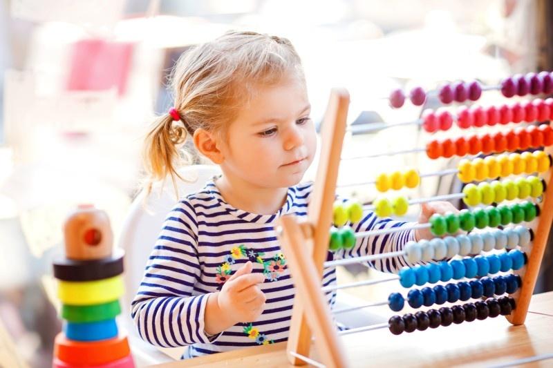 Pädiatrie - Kind spielt mit Rechenschieber